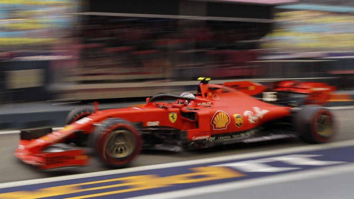 Charles Leclerc in seinem Ferrari