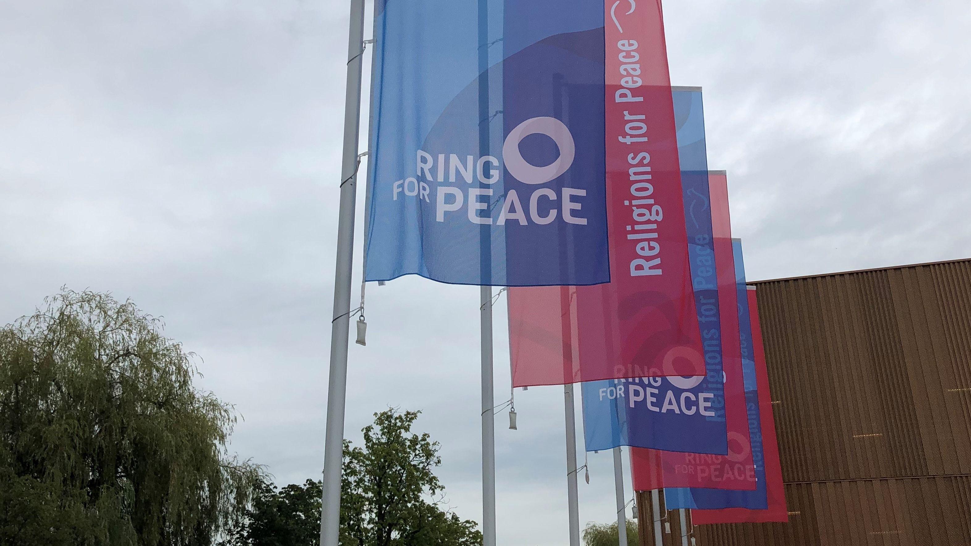 "Fahnen des Religionsgipfels ""Religions for Peace"" in Lindau"