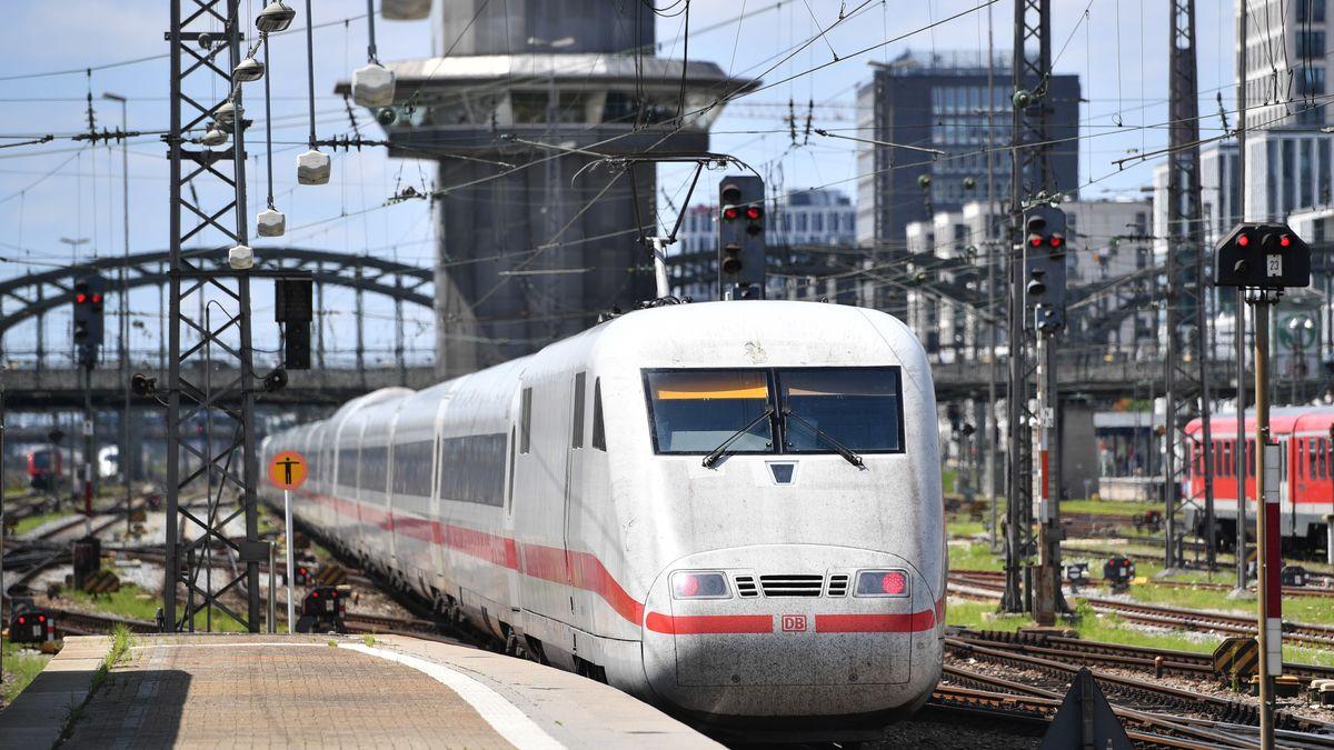 Ein einfahrender ICE beim Hauptbahnhof München