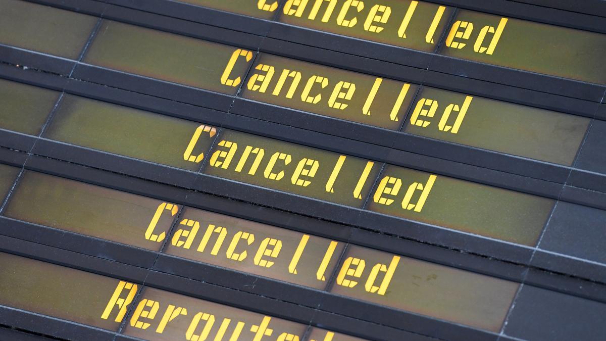 Eine Anzeigetafel weist auf streikbedingt gestrichene und umgeleitete Flüge hin.