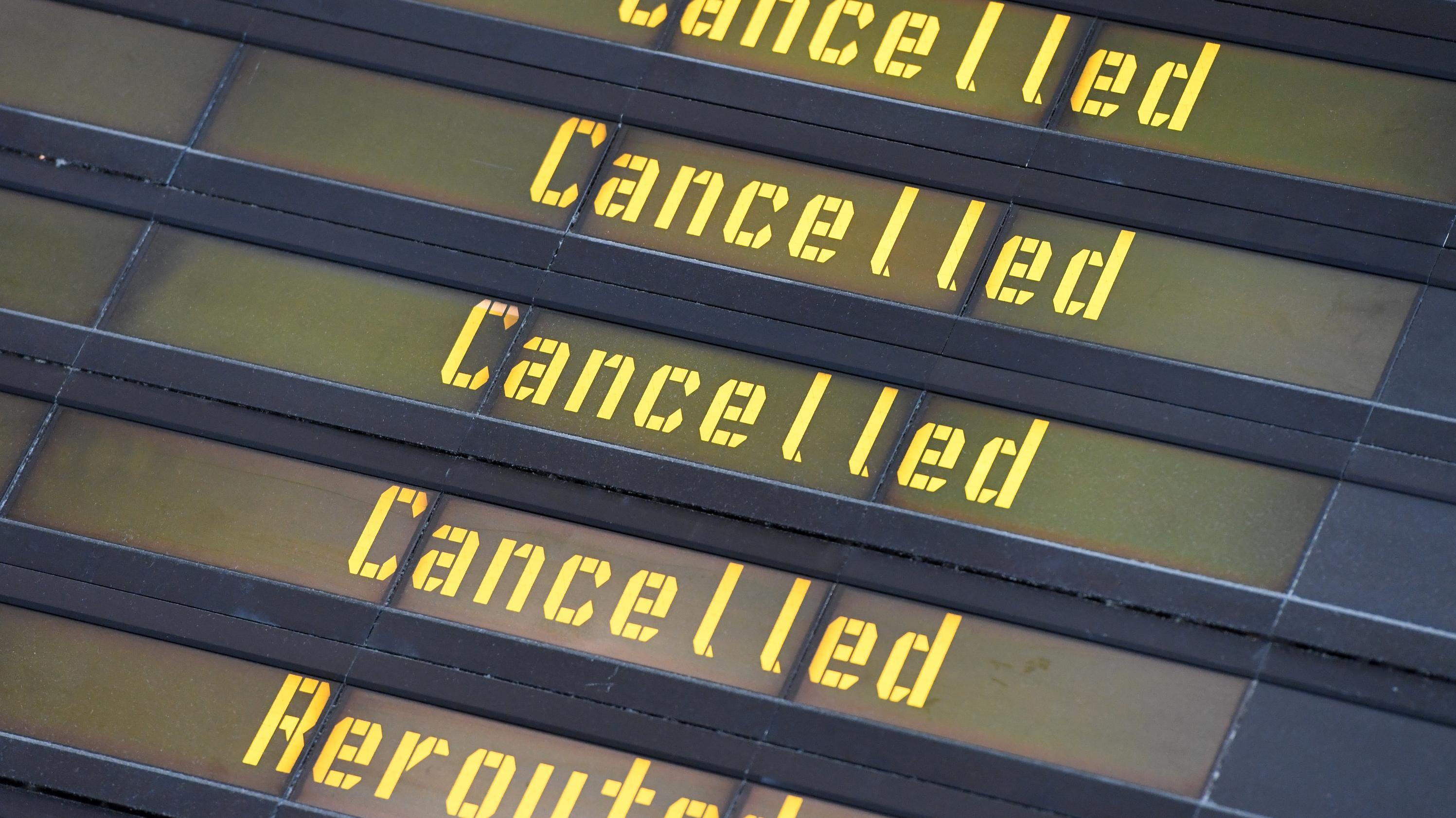 Eine Anzeigetafel auf streikbedingt gestrichene und umgeleitete Flüge hin.