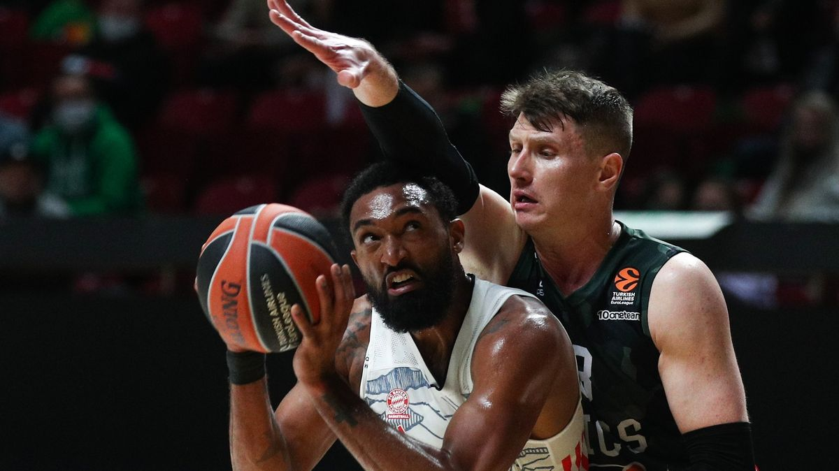 Münchens Darius Hilliard behauptet den Ball