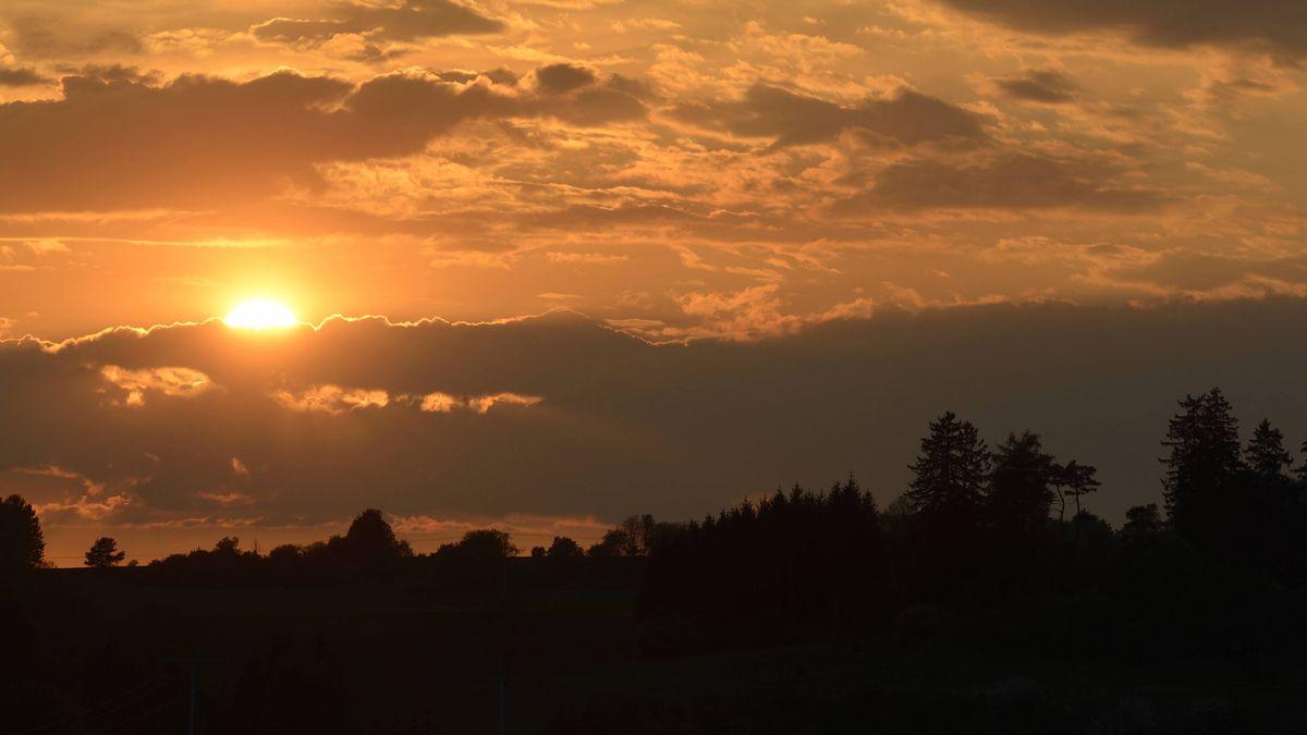 Zweimal hat es im Nachthimmel über der Oberpfalz geknallt. Die Ursache des Phänomens ist weiter unbekannt.