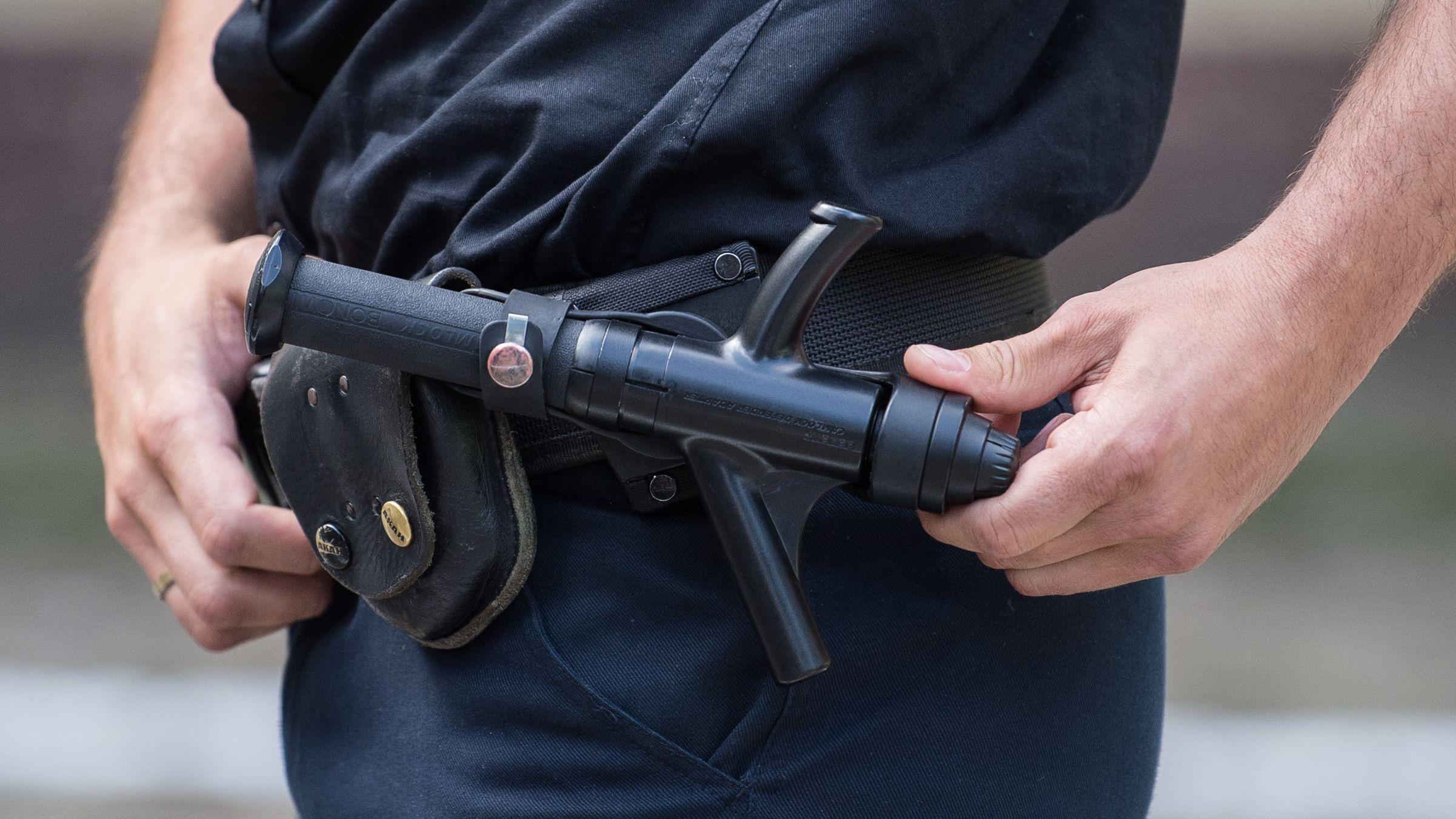 Ein Polizist mit einem Schlagstock - Symbolbild