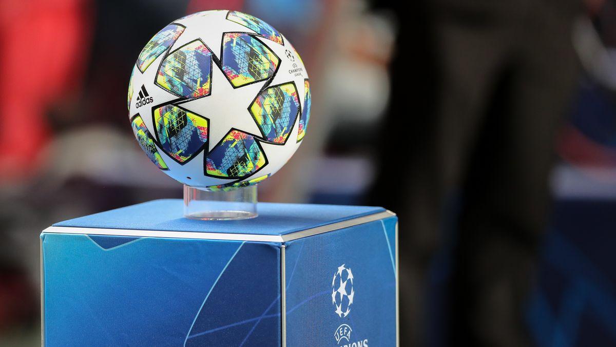 Fußball auf einem Champions-League-Podest im Estádio da Luz in Lissabon