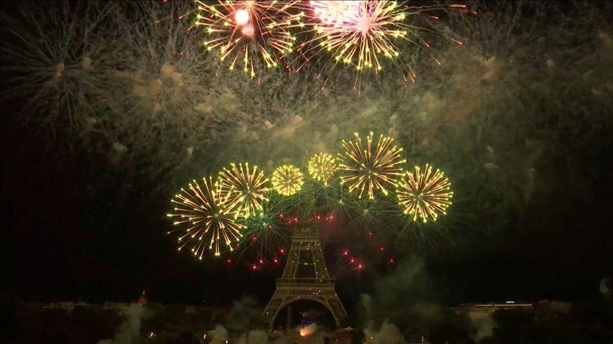 Feuerwerk am Eiffelturm zum französischen Nationalfeiertag