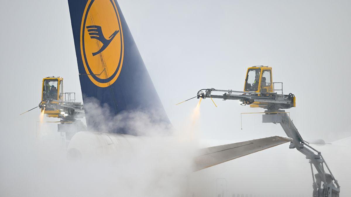 Ein Lufthansa-Flugzeug wird vor dem Start enteist