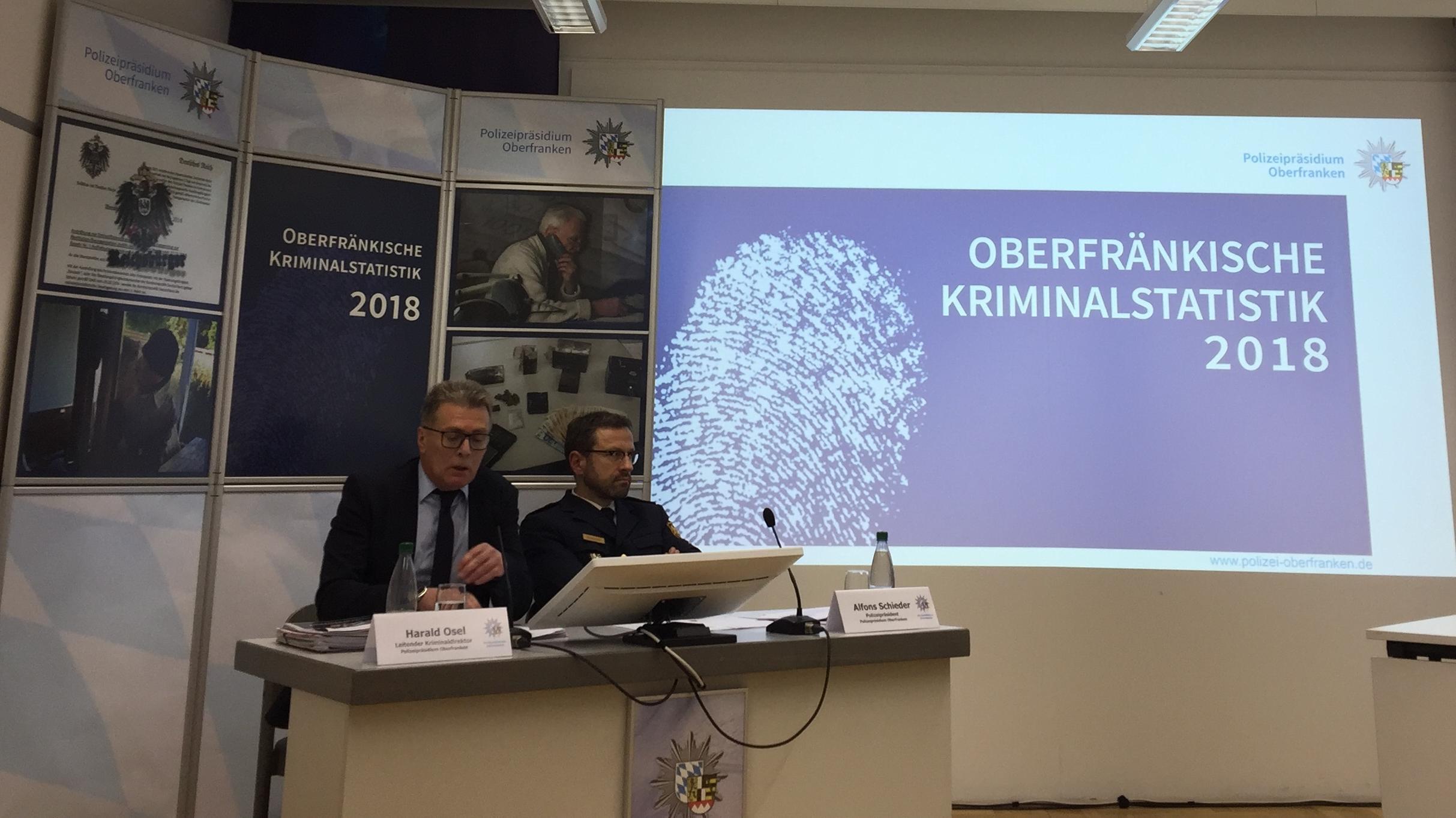 Bekanntgabe der Kriminalstatistik Oberfranken 2018 in Bayreuth: Polizeipräsident Alfons Schieder (re), leit. Kriminaldirektor Harald Osel