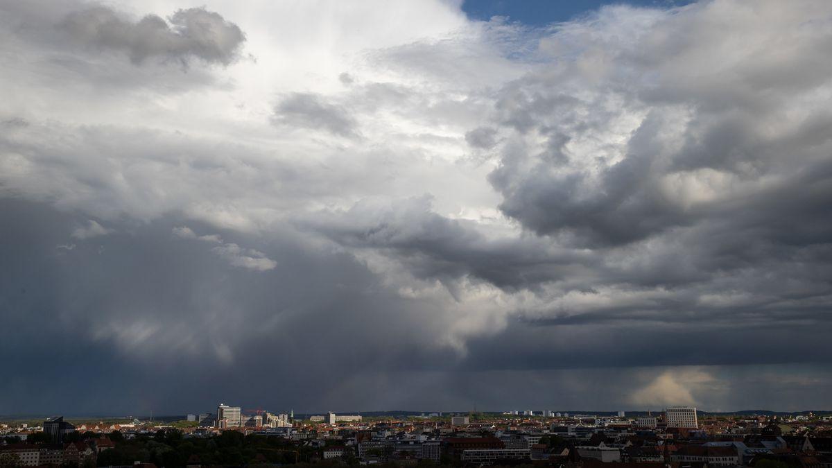 Regenwolken ziehen über Nürnberg