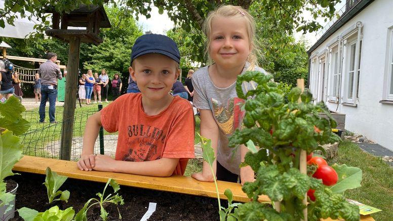 """Die Kinder des Trostberger Kindergartens """"Arche Noah"""" sind die Ersten, die in den Genuss von Hochbeeten für drei Kindergartengruppen kamen.   Bild:BR/Christine Haberlander"""