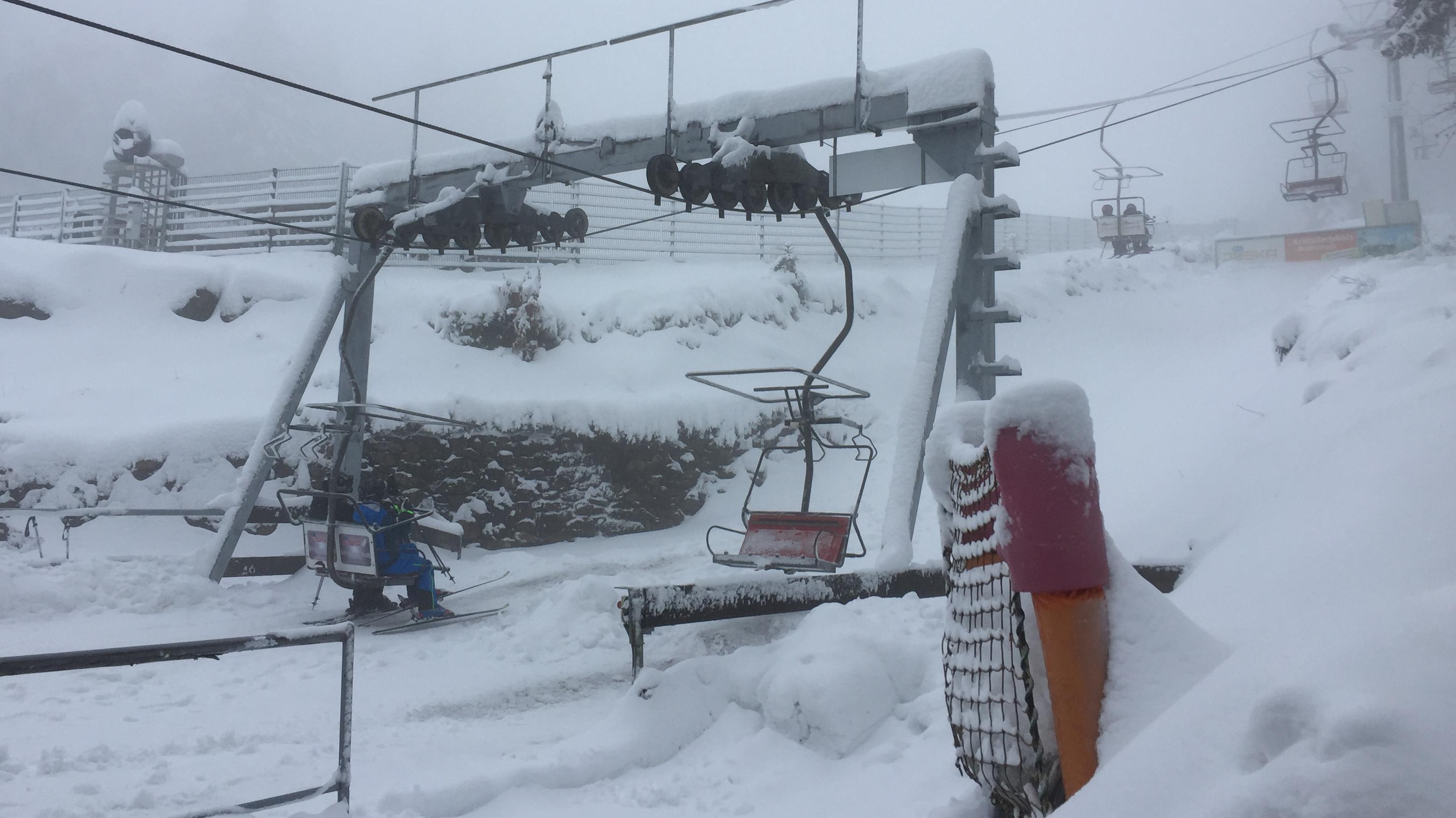 Skilift der Silberbergbahn bei Bodenmais bei nebligem Wetter