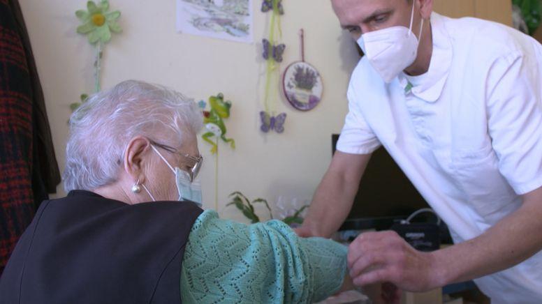 Pfleger bei der Arbeit | Bild:Bayerischer Rundfunk 2021