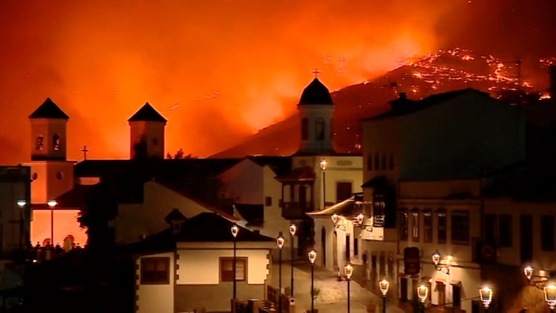 Auf der beliebten spanischen Insel ist ein schwerer Walbdbrand ausgebrochen. Hunderte Hektar stehen in Flammen.