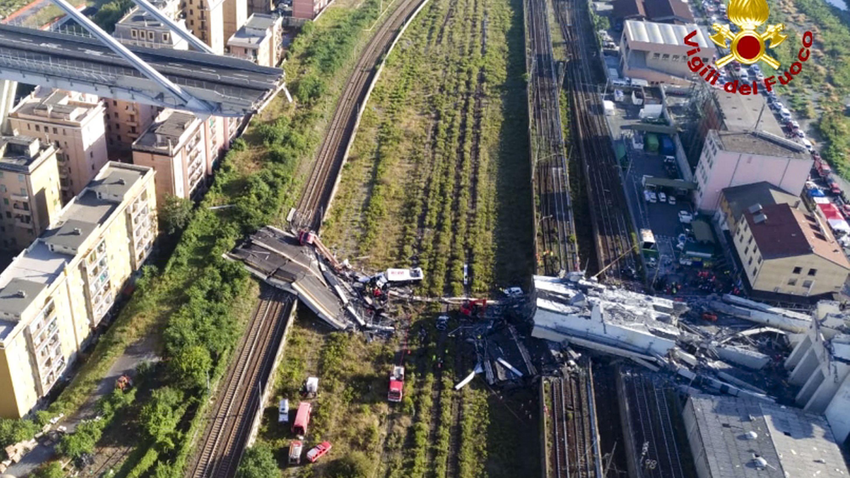 Das Bild der italienischen Feuerwehr zeigt die Rettungsarbeiten.