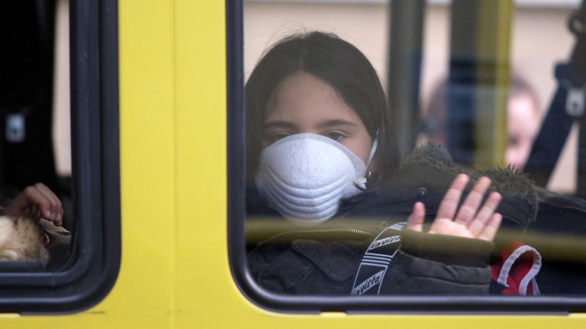Schülerin mit Mund-Nasenschutz in Schulbus (Symbolbild)