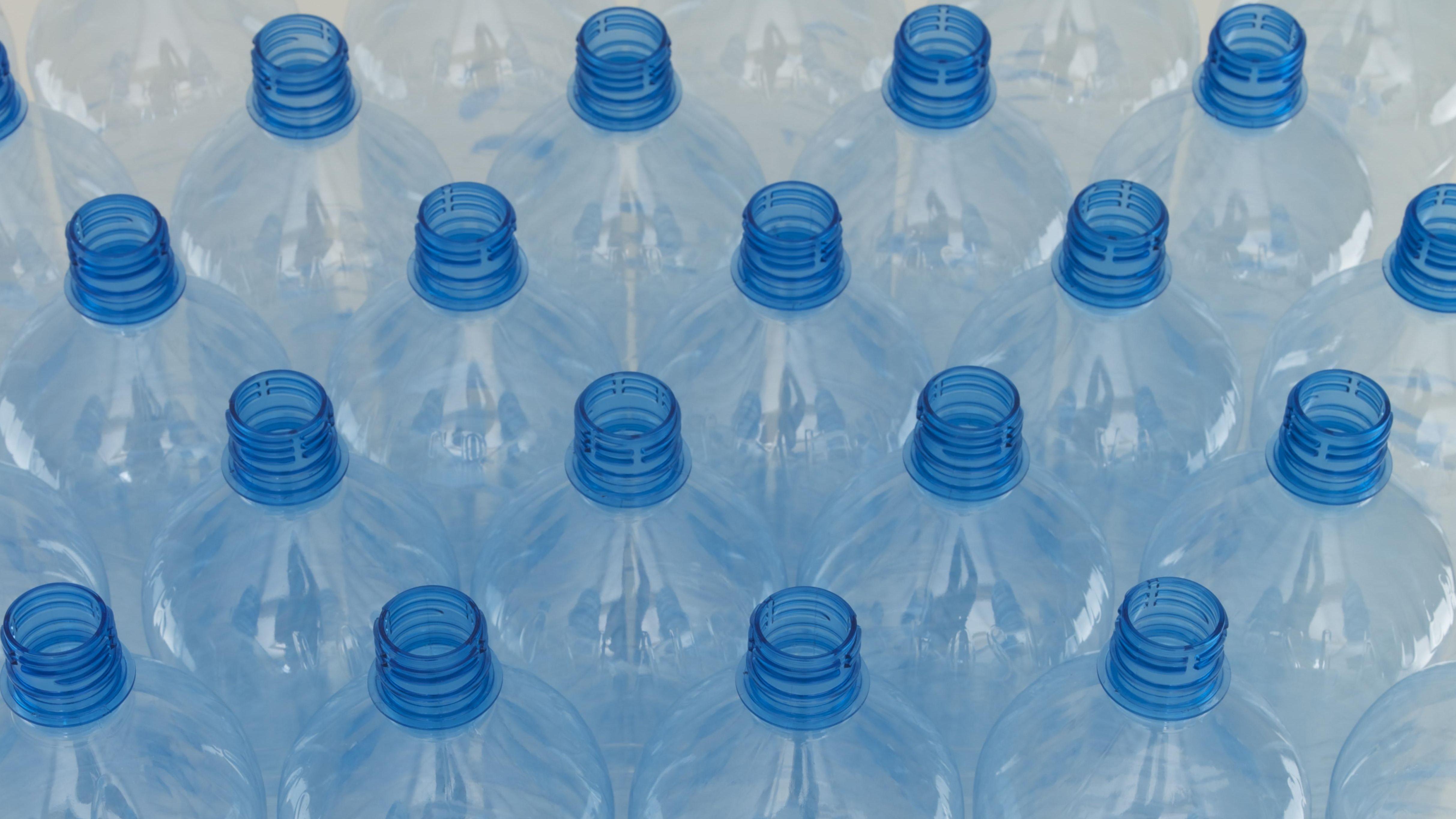 Leere Wasserflaschen aus Plastik