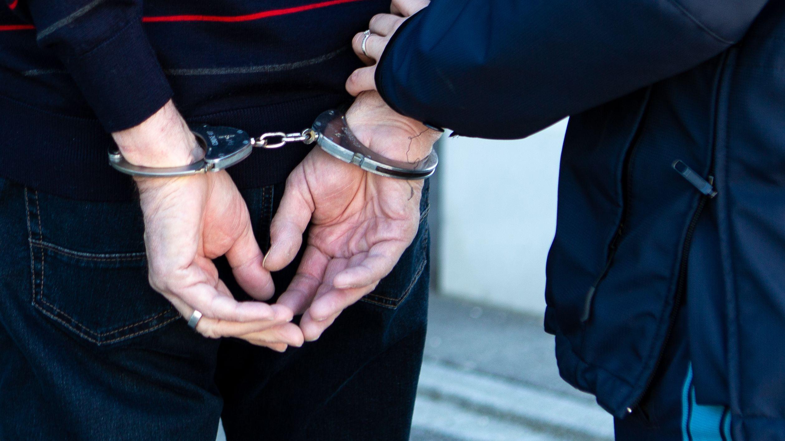 Verdächtiger in Handschellen
