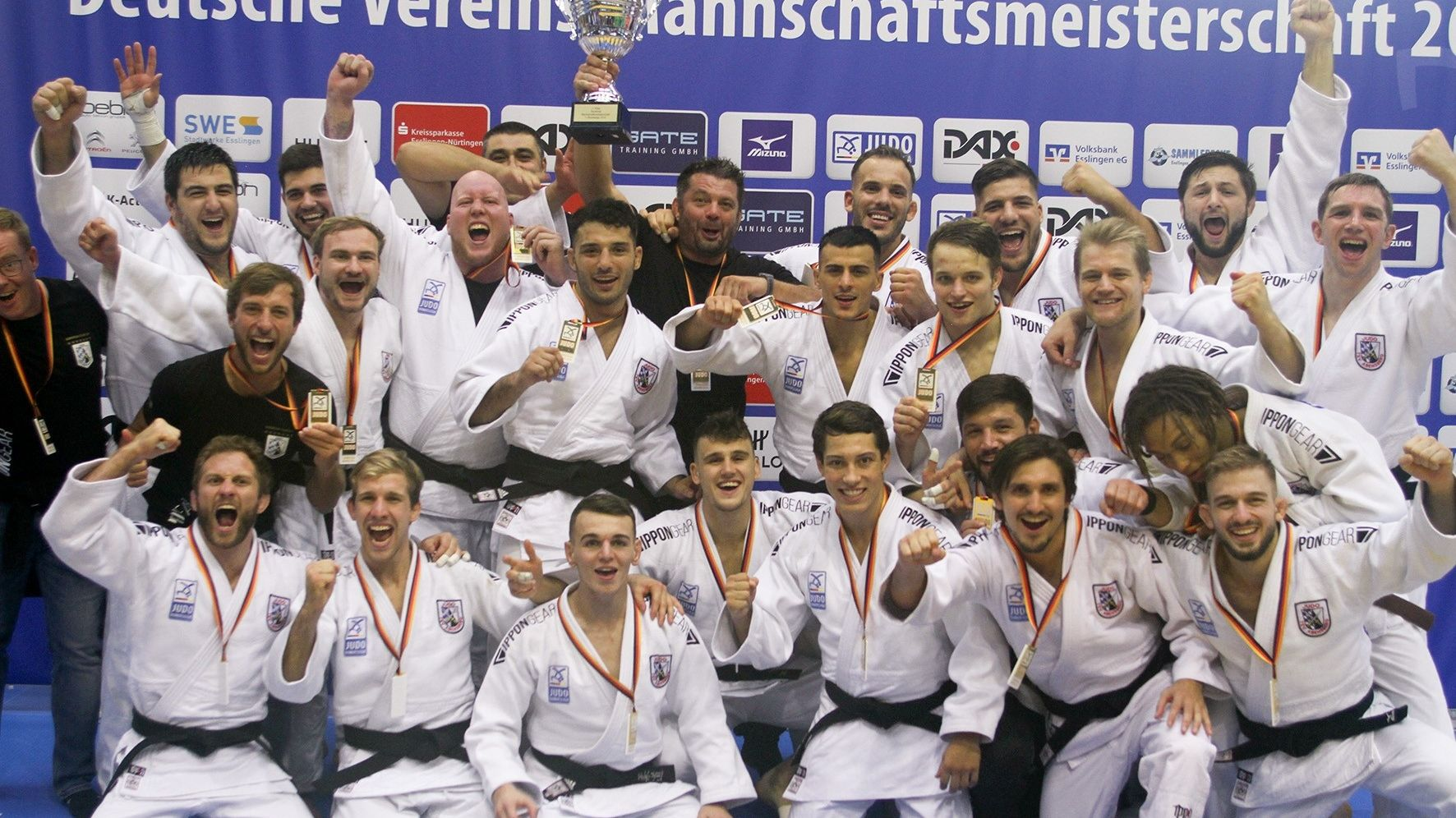 Die siegreichen Abensberger Judoka feiern ihren Erfolg