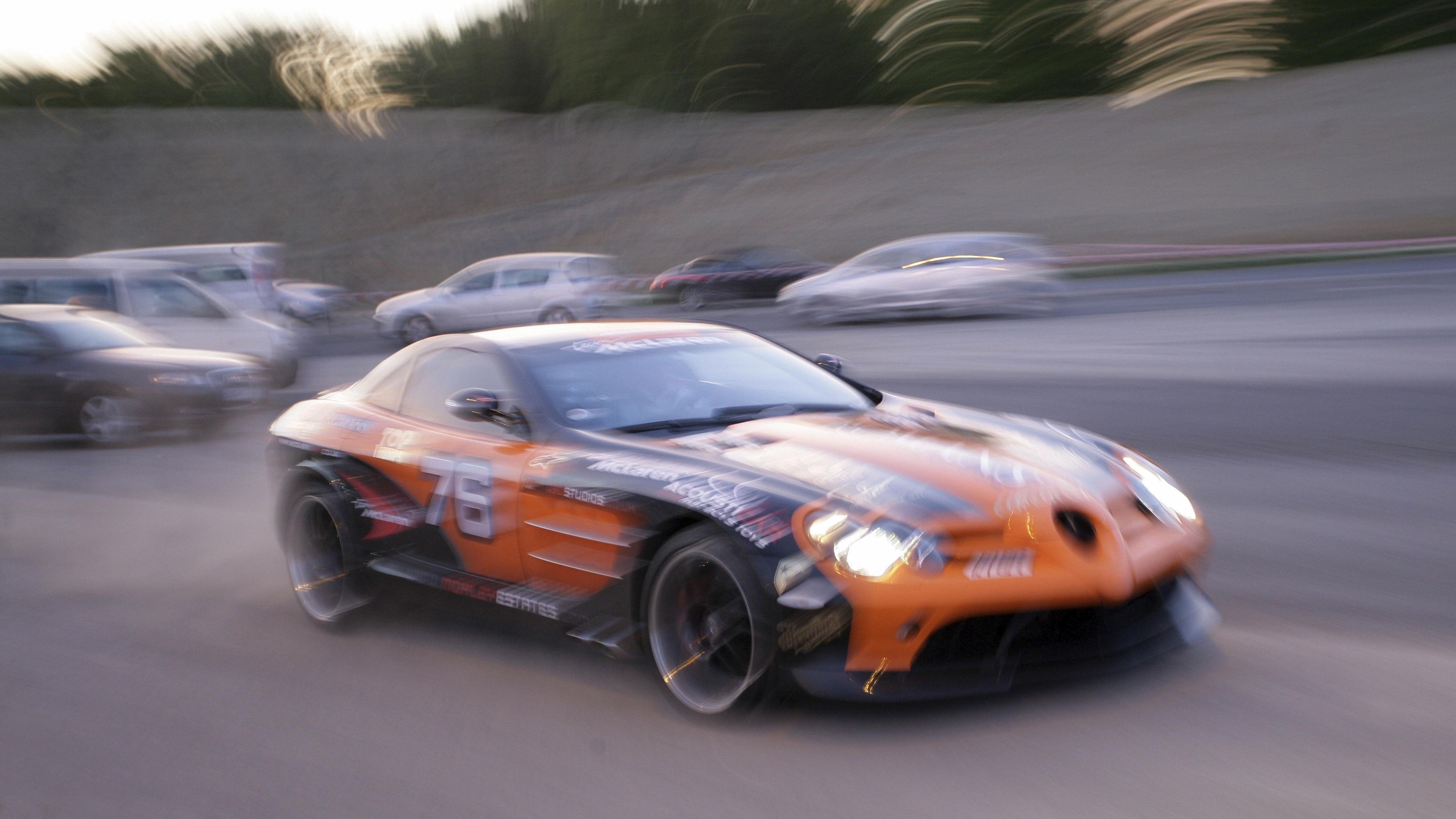 Symbolbild: Ein McLaren-Mercedes bei einem illegalen Autorennen