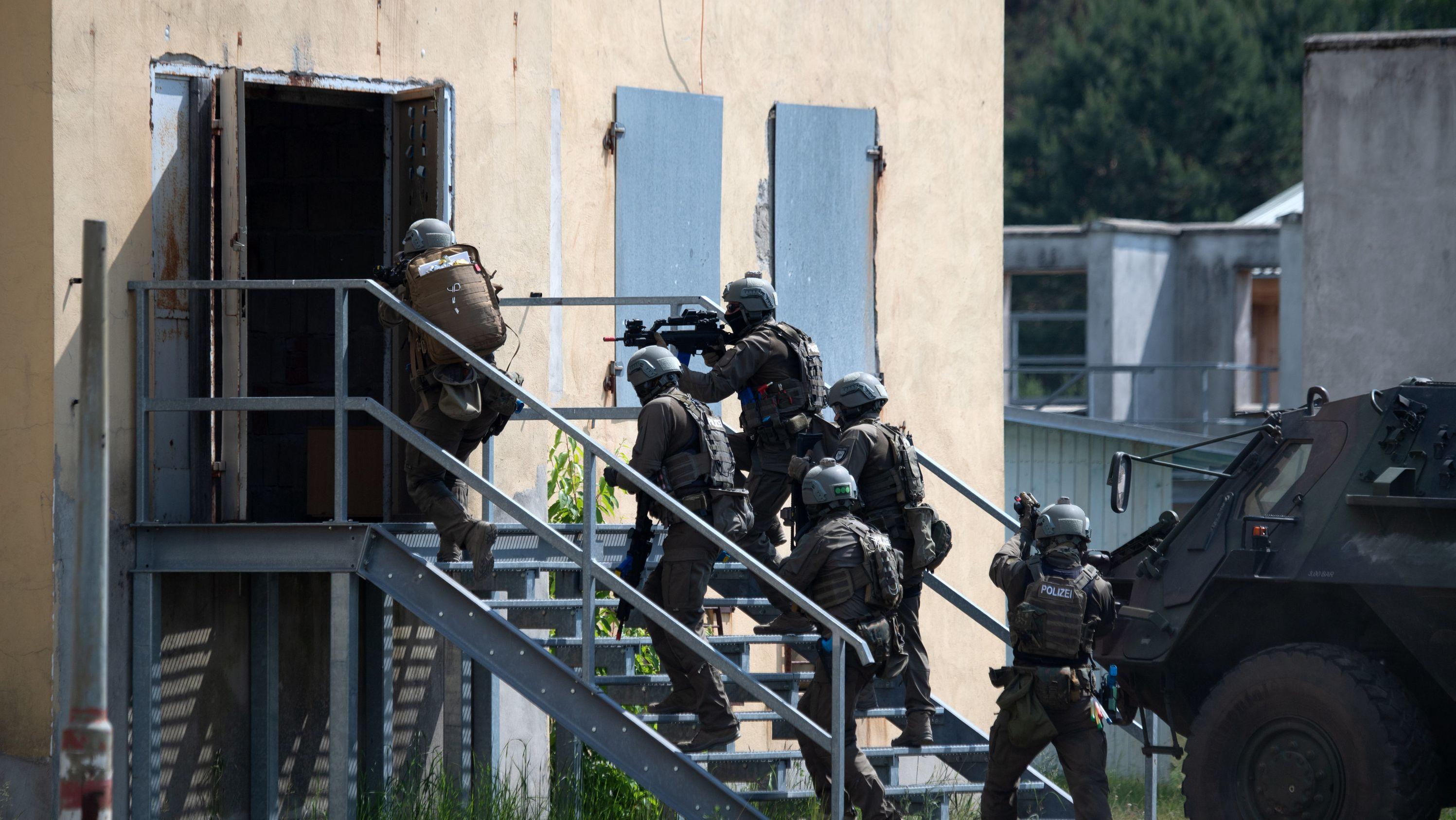 Polizisten stürmen während einer Terrorübung ein Haus.