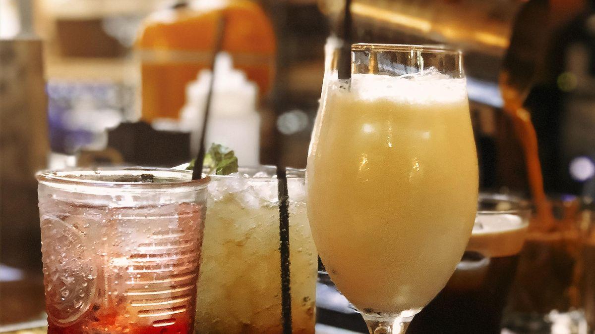 Symbolbild: Party - Cocktailgläser stehen auf einem Tresen