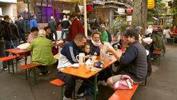 Menschen im Biergarten des Entlas Kellers in Erlangen | Bild:BR Fernsehen