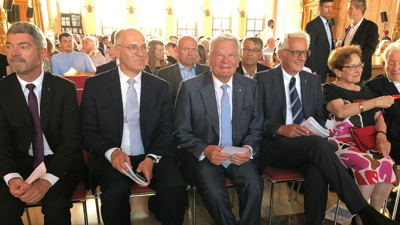 Der ehemalige Bundespräsident Joachim Gauck bei der Eröffnung des Kulturprogramms zum Hohen Friedensfest in Augsburg. Neben ihm sitzt im Goldenen Saal des Rathauses Augsburgs Oberbürgermeister Kurt Gribl.