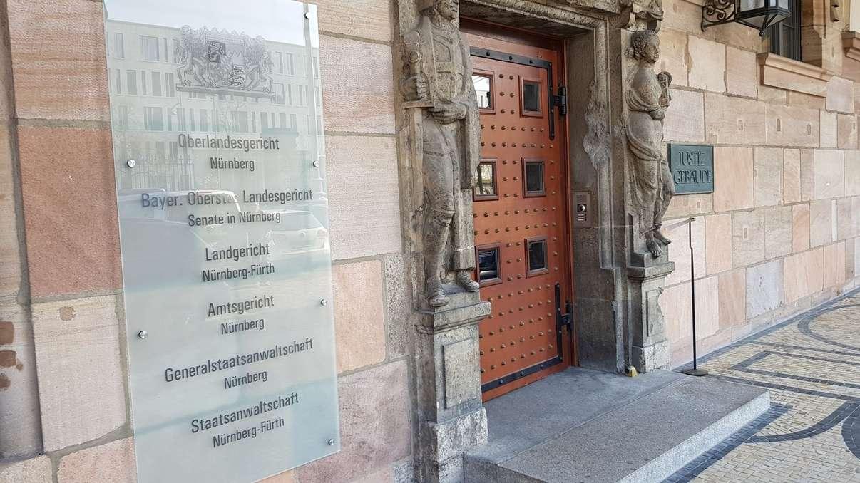 Schild am Eingang des Gerichtskomplexes Nürnberg-Fürth.
