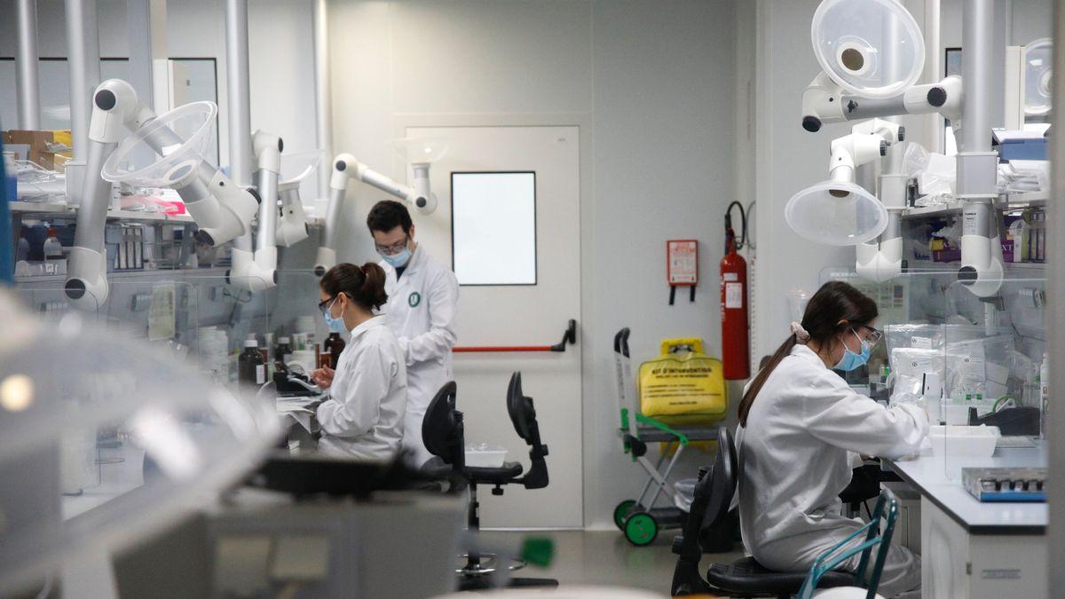Drei Menschen arbeiten in einem medizinischen Labor.