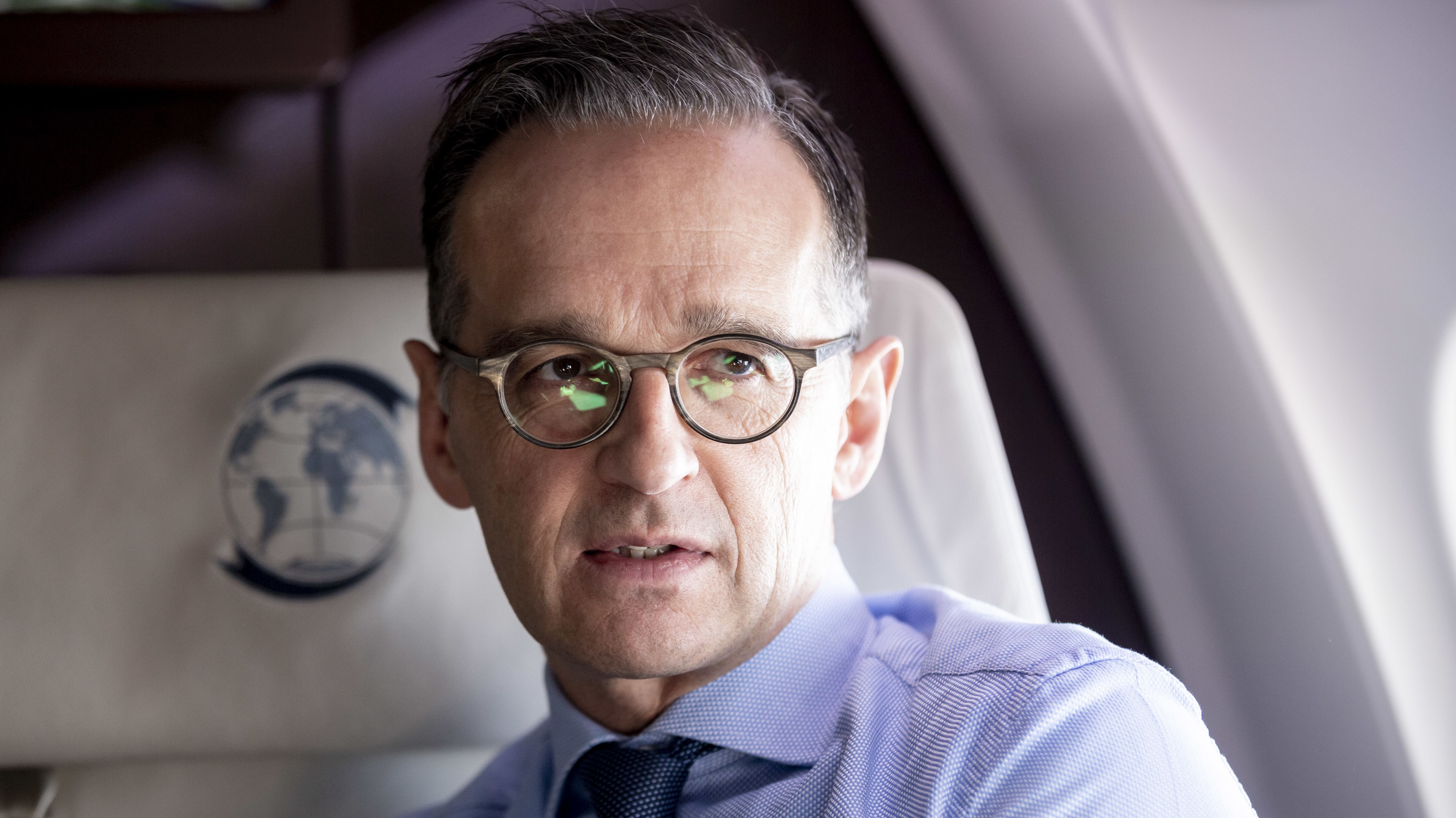 Bundesaußenminister Heiko Maas im Flugzeug, Blick schräg aus dem Fenster.