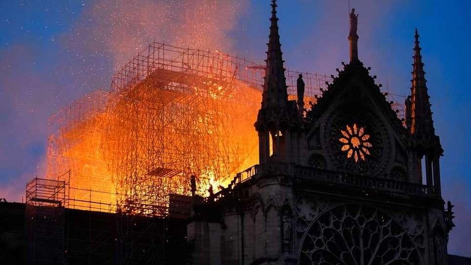 Flammen über der Pariser Kathedrale Notre-Dame