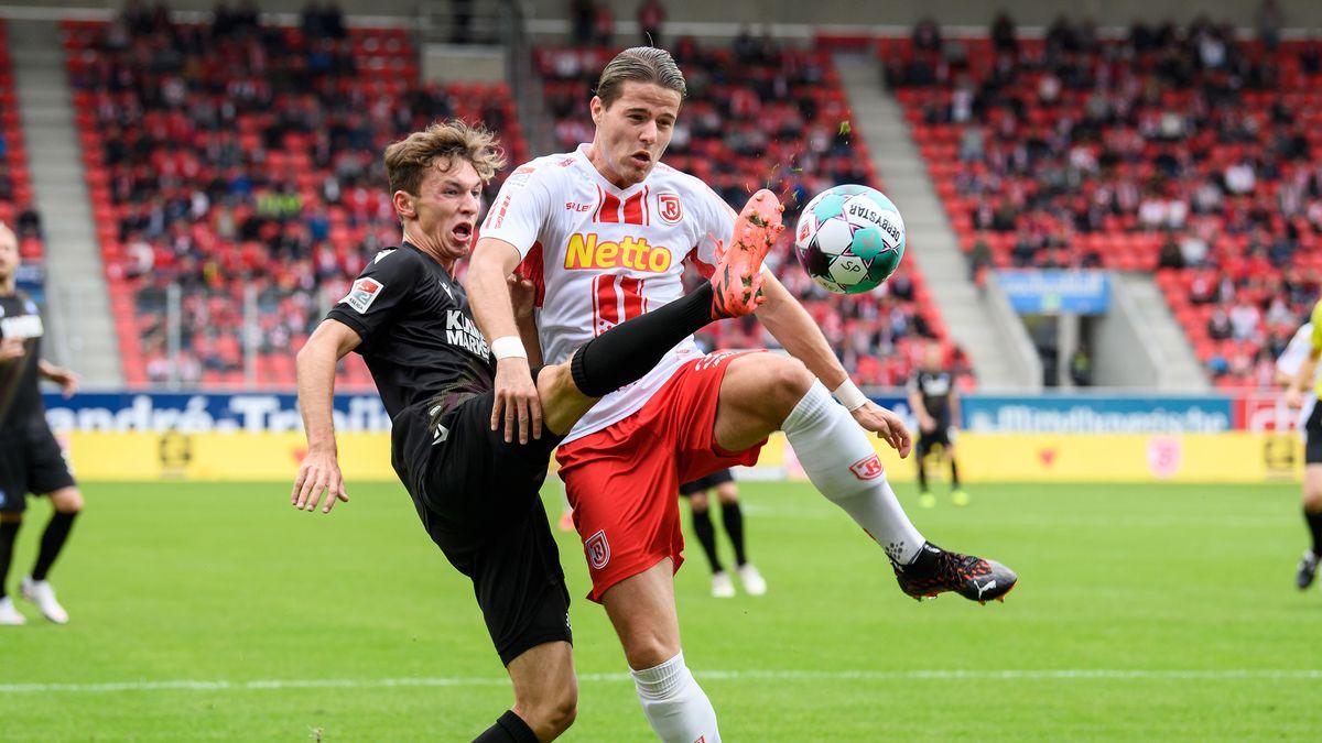 Spielszene Jahn Regensburg - Karlsruher SC