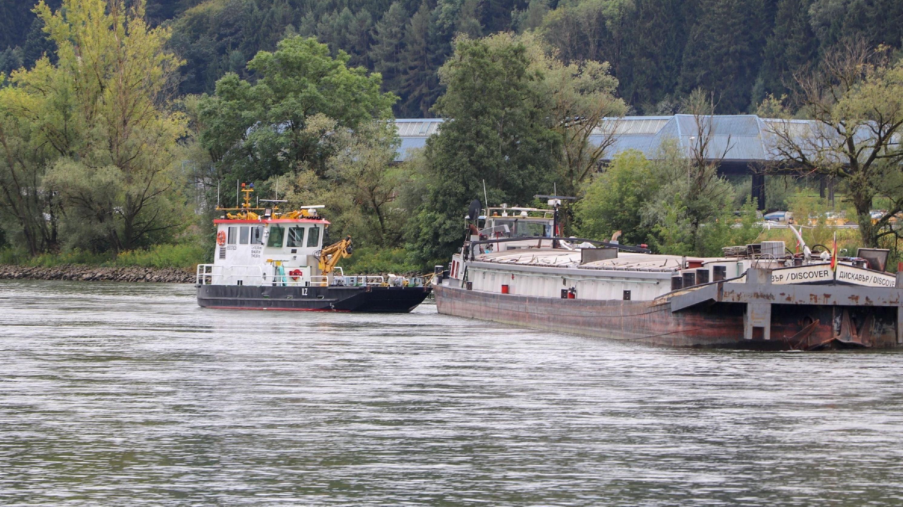 Havariertes Frachtschiff auf der Donau