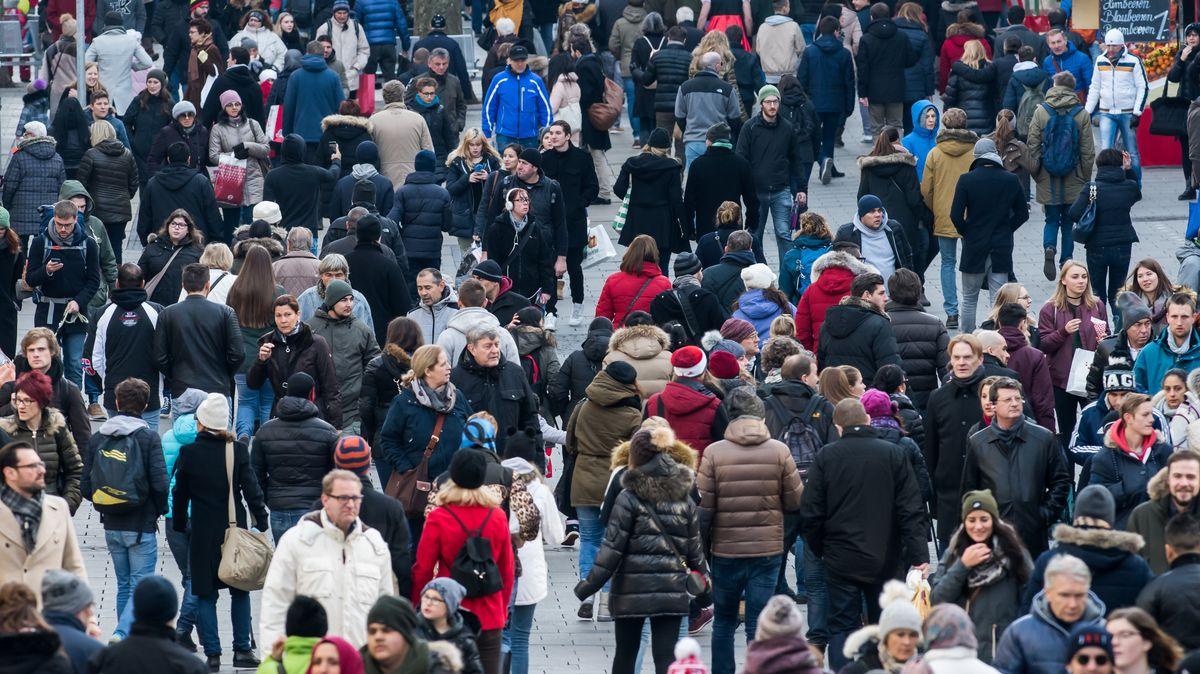 Menschen in der Münchner Fußgängerzone beim Einkaufen