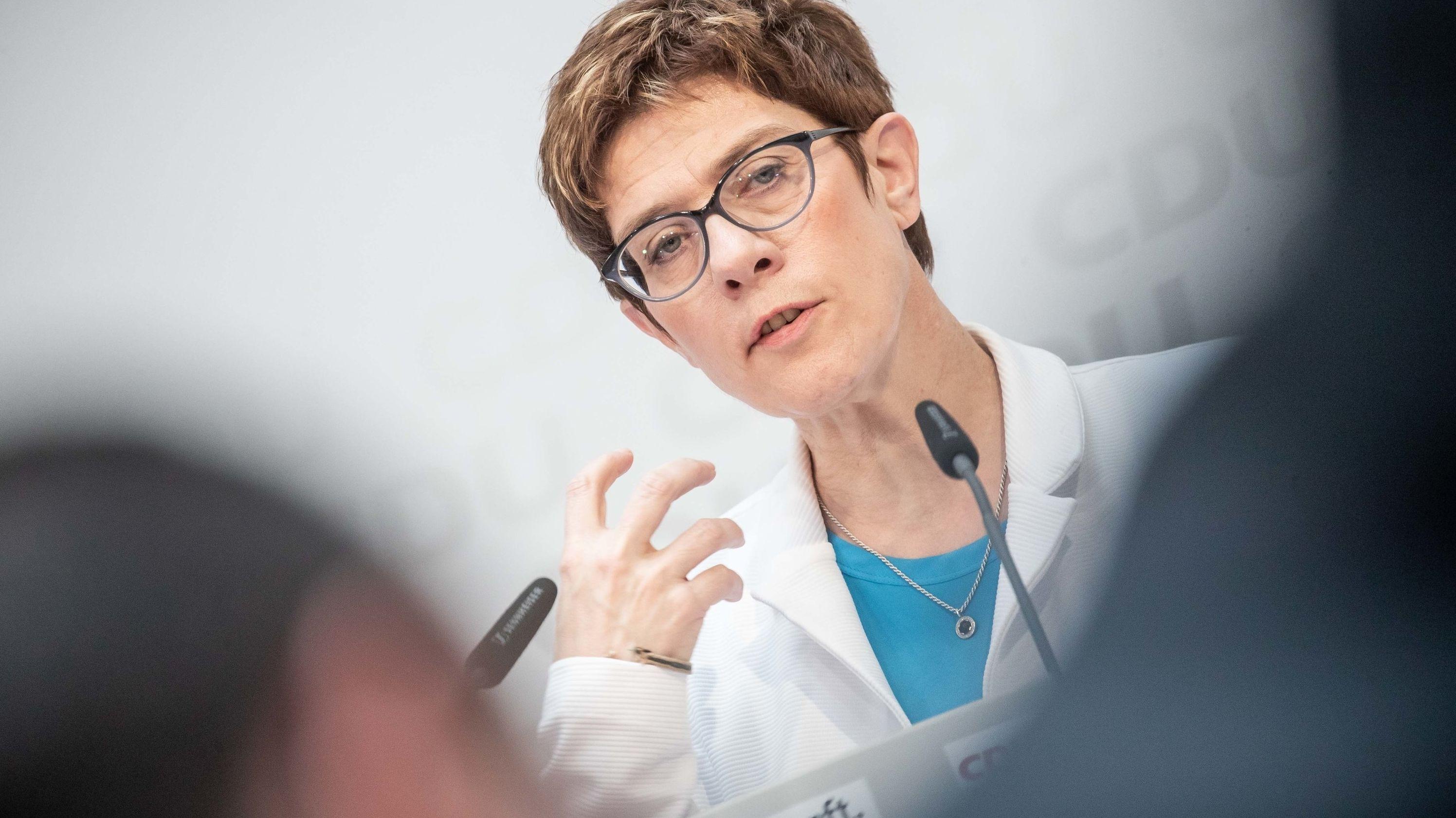 Annegret Kramp-Karrenbauer, Bundesvorsitzende der CDU spricht bei einer Pressekonferenz nach der Sitzung des CDU-Bundesvorstand.