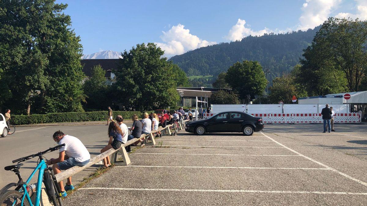 """Vor der Teststation in Garmisch-Partenkirchen. Hier lassen sich seit dem Fall der """"Superspreaderin"""" vor allem junge Leute testen."""