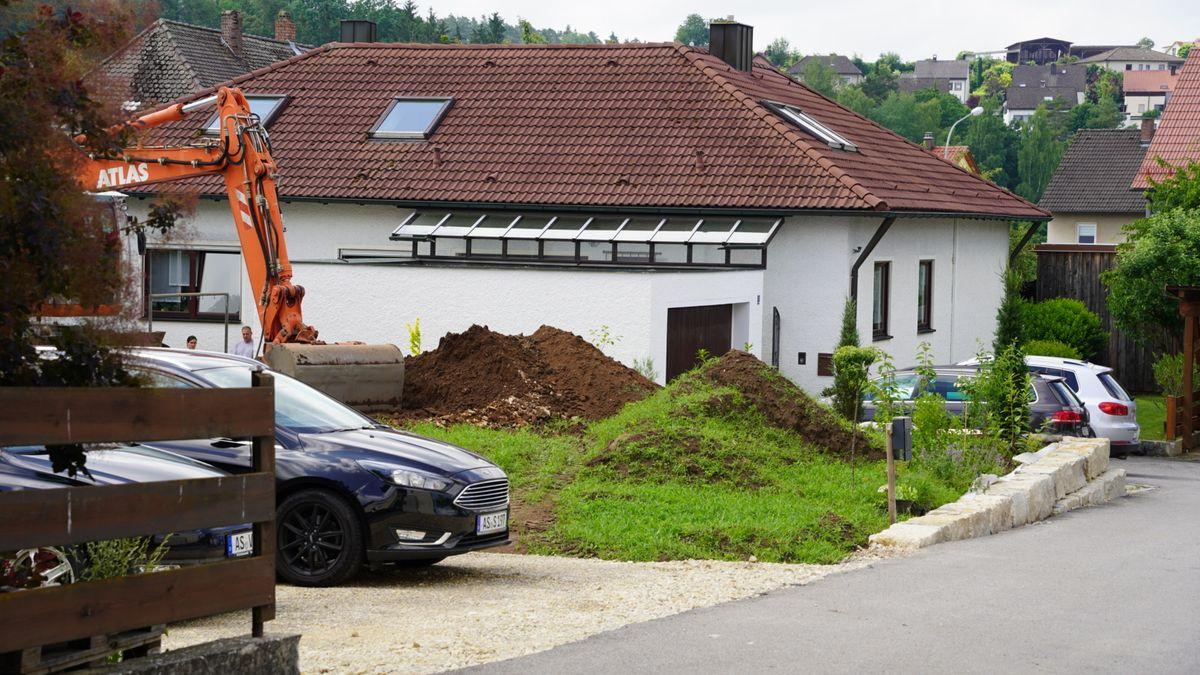 An der verdächtigen Stelle im Ganghoferweg wurde nach der vermeintlichen Bombe gegraben.