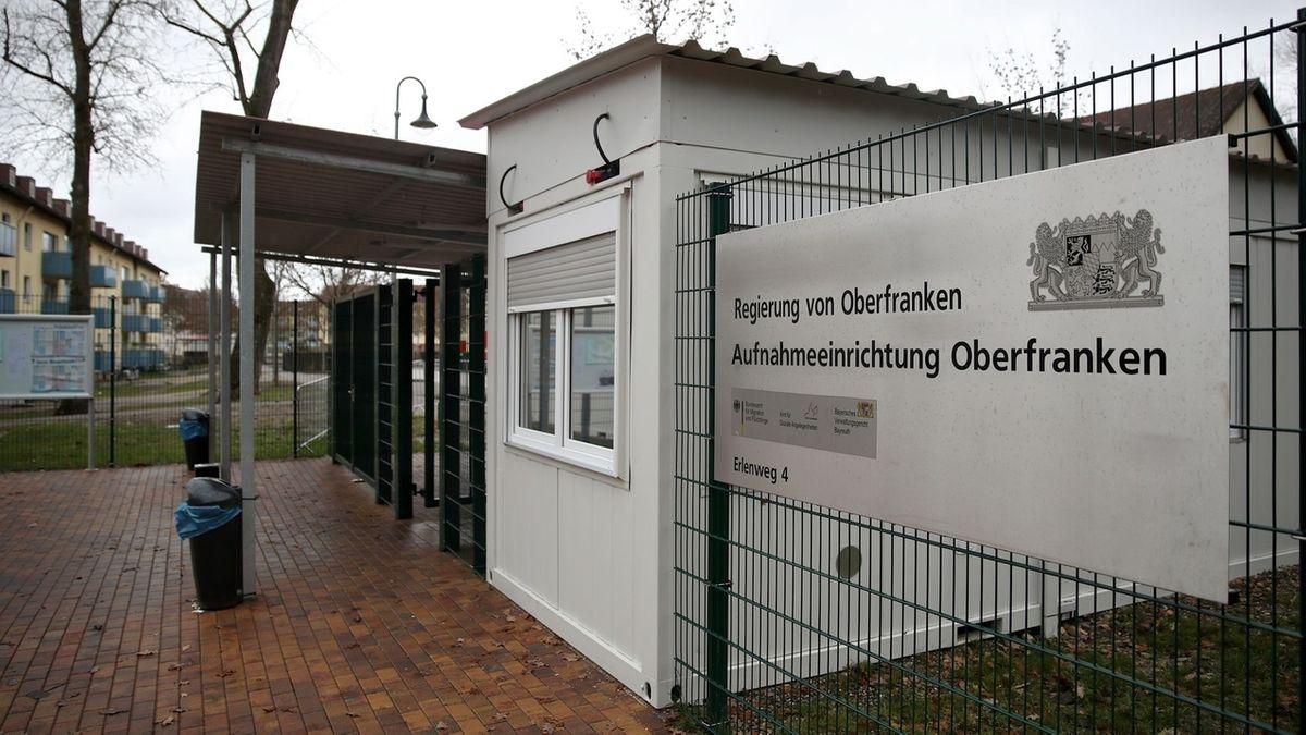 Der Eingangsbereich für Fußgänger am Gelände des Ankerzentrums für Flüchtlinge in Bamberg.