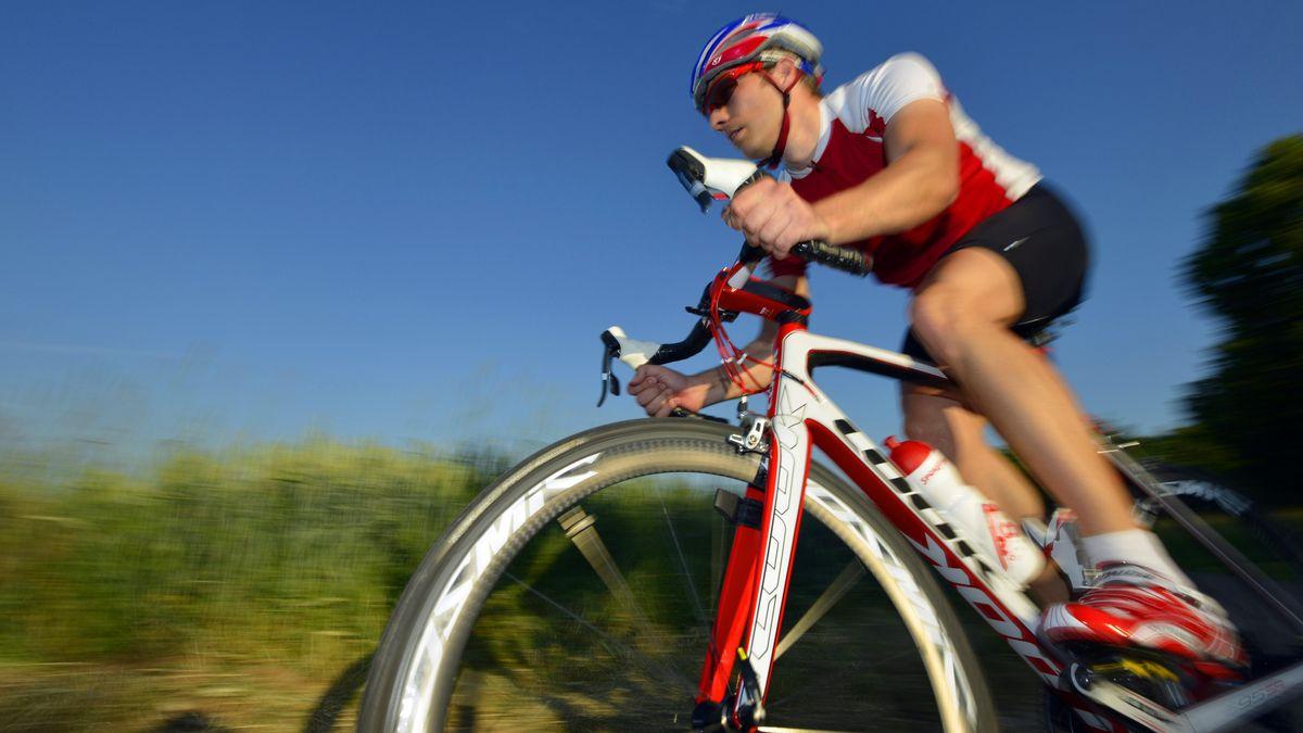 Ein Rennradfahrer legt sich in die Kurve