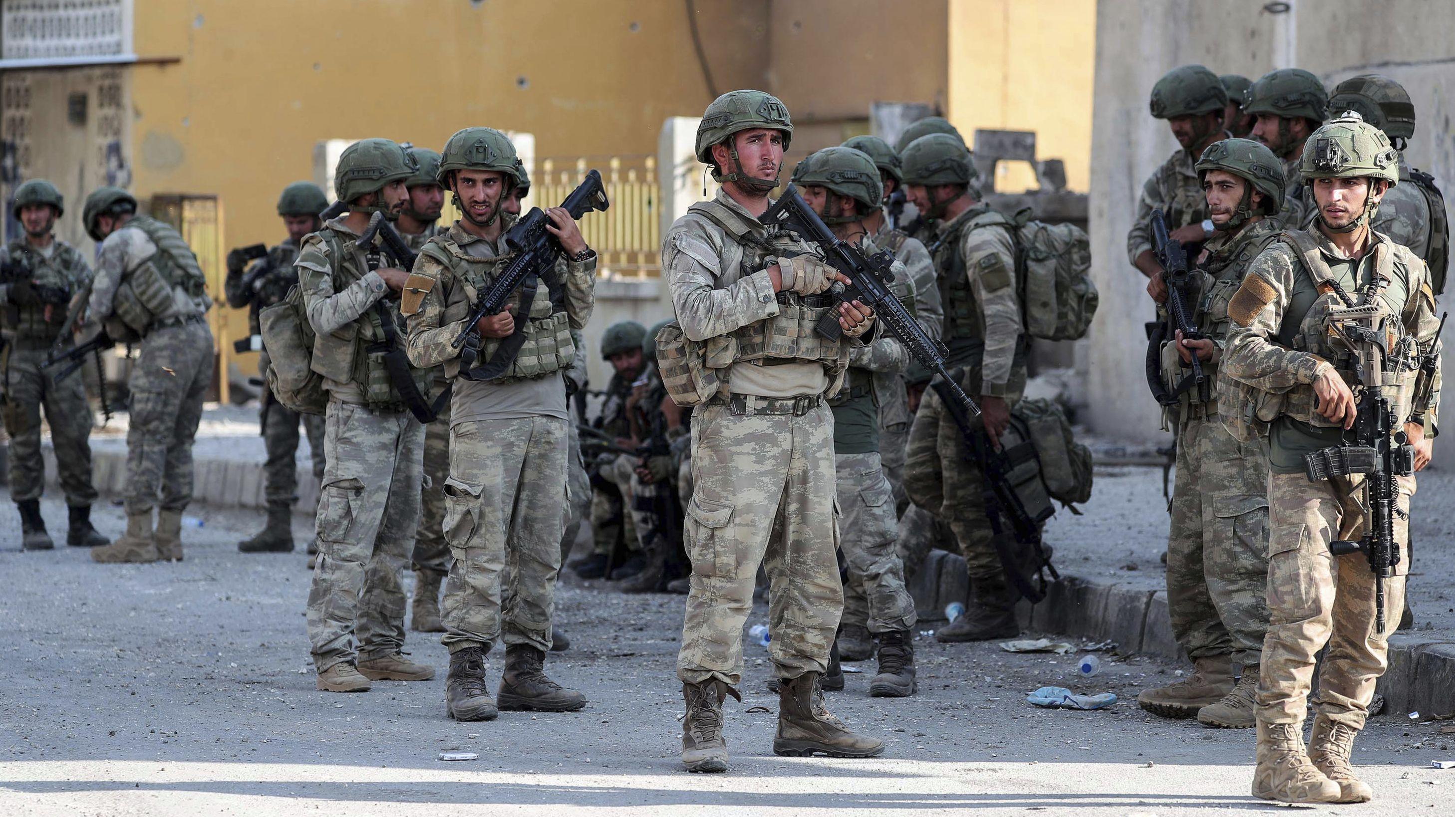Syrien, Ras Al Ayn: Türkische Soldaten tragen Waffen und Schutzausrüstung, während sie eine Straße sichern. Keine Waffen mehr für die Türkei: Das hatte Kanzlerin Merkel nach dem türkischen Einmarsch in Nordsyrien angekündigt. Das gilt aber nicht für alle Rüstungsgüter.