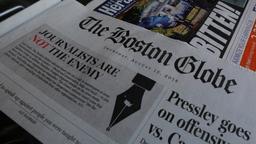 Die Zeitung Boston Globe mit der Überschrift: Journalisten sind nicht die Feinde des Volkes | Bild:Reuters/Brian Snyder