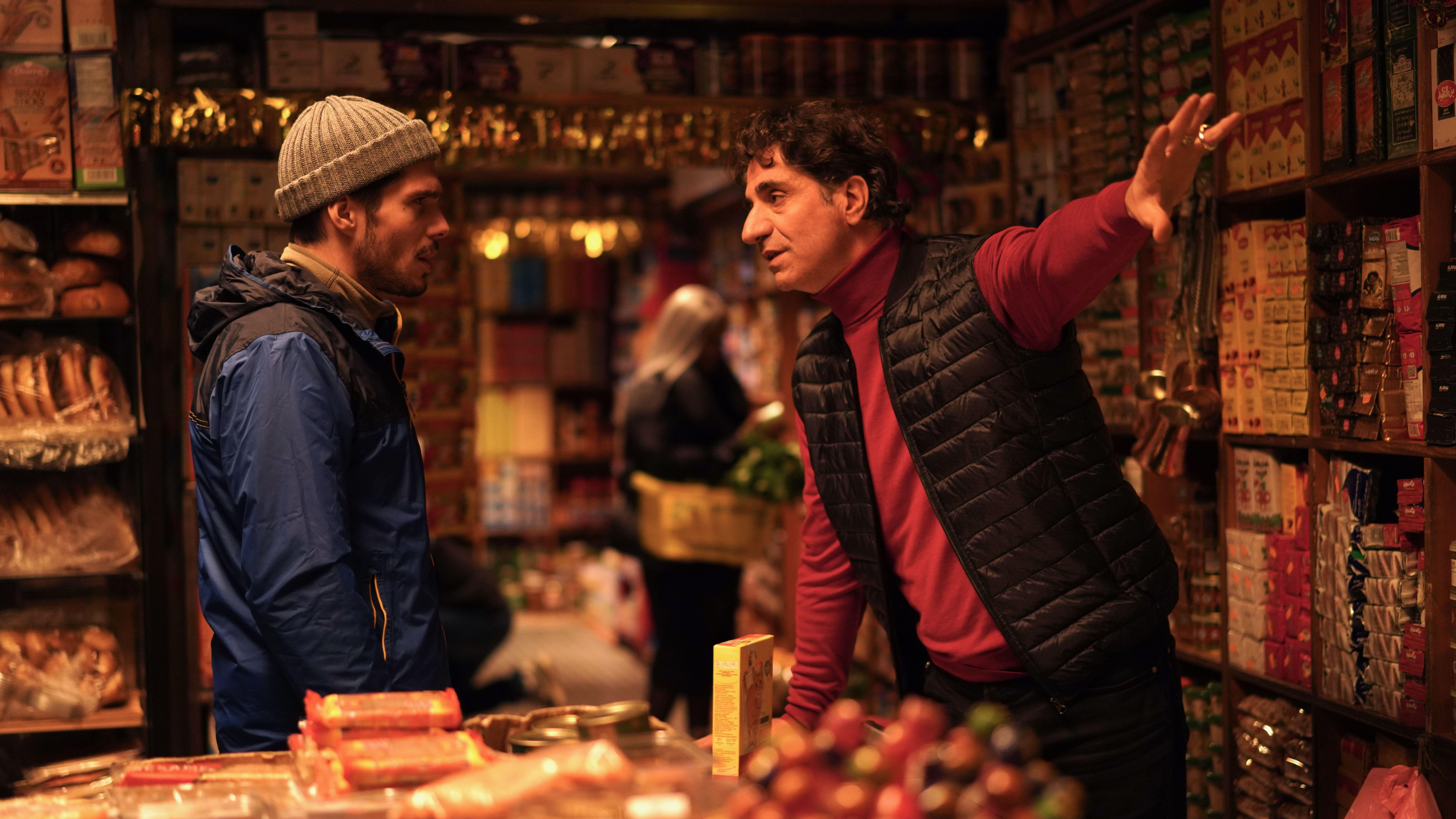 """François Civil als Rémy in """"Einsam zweisam"""" von Cédric Labisch: Ein Kunde und ein Verkäufer unterhalten sich ein einem Laden"""
