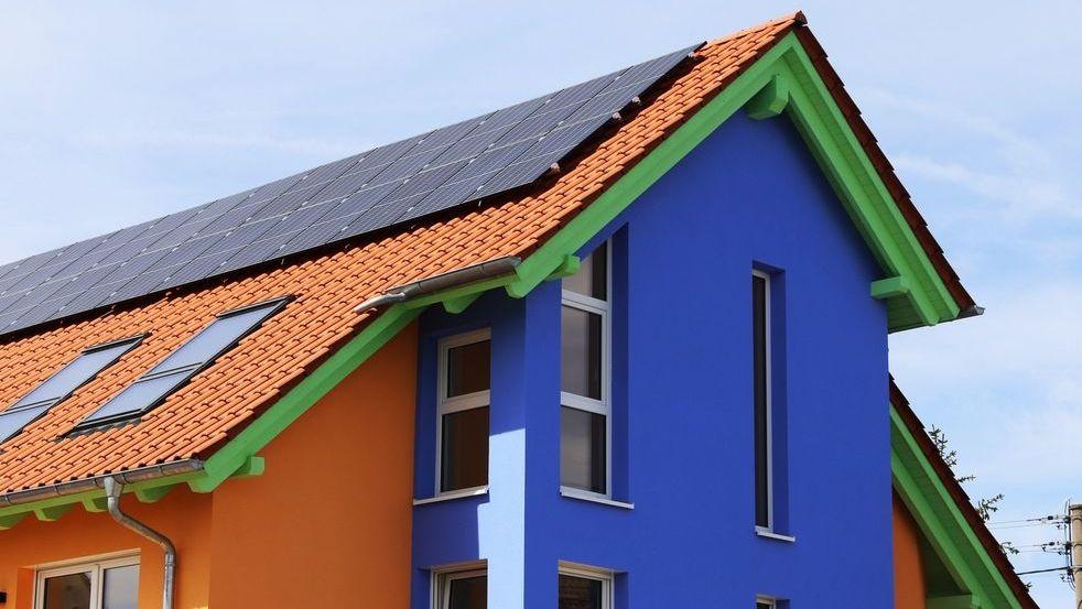 Wohnhaus mit besonders schönem Fassadenanstrich, aufgenommen in der Südpfalz