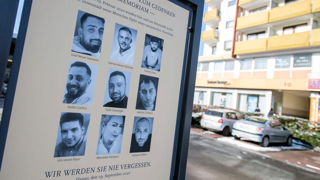 Eine offizielle Gedenktafel mit den Fotos der neun Opfer erinnert am Anschlagsort in Hanau-Kesselstadt an die Opfer der Anschläge im Jahr 2020