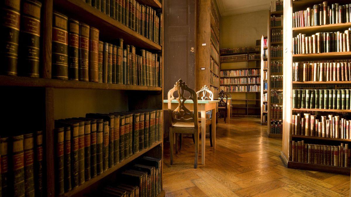 Eine Bibliothek mit abgewetztem Parkett und Tausenden alten Bänden