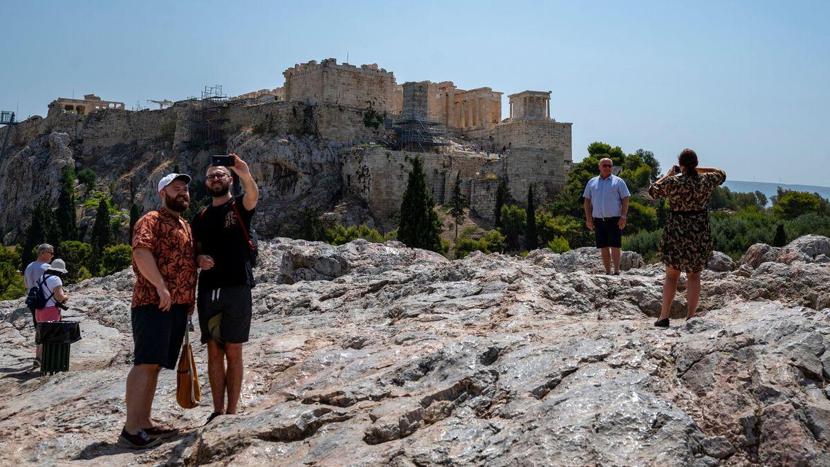 Fotografierende Touristen auf einem Hügel gegenüber der Akropolis