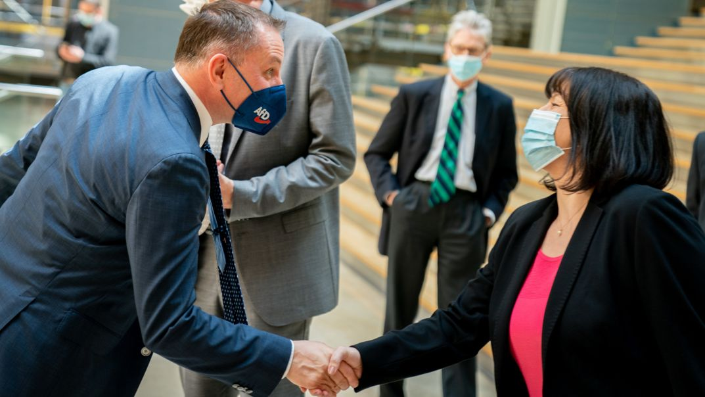 Joana Cotar (AfD-Bundestagsabgeordnete) und Tino Chrupalla, AfD-Bundesvorsitzender, geben sich die Hand.tar (AfD-Bundestagsabgeordnete) und Tino Chrupalla, AfD-Bundesvorsitzender, geben sich die Hand.