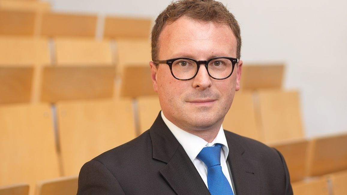 Ein Mann mit Schlips im Anzug in einem Hörsal: Der Augsburger Medizinstrafrechtler Professor Dr. Michael Kubiciel