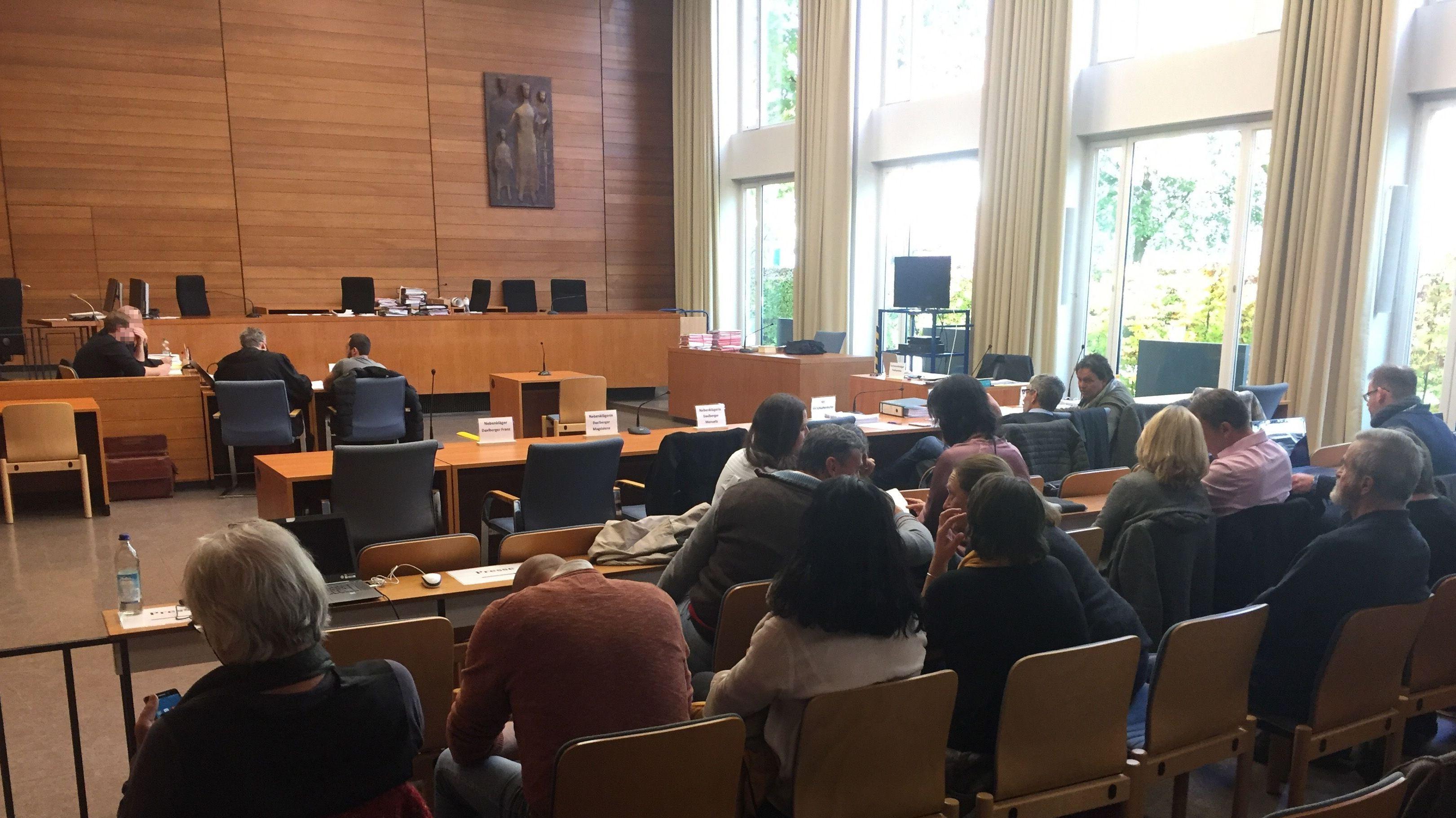 Blick in den Traunsteiner Landgerichtssaal während einer Sitzungspause im Samerbergprozess