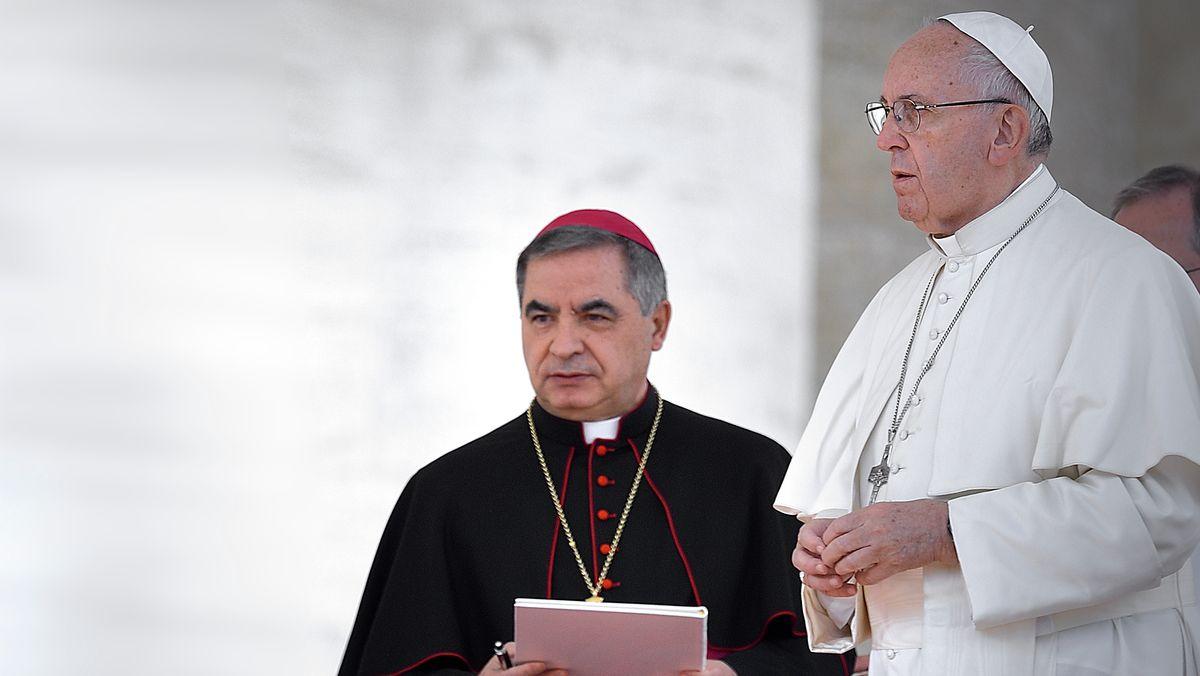 Kardinal Angelo Becciu und Papst Franziskus
